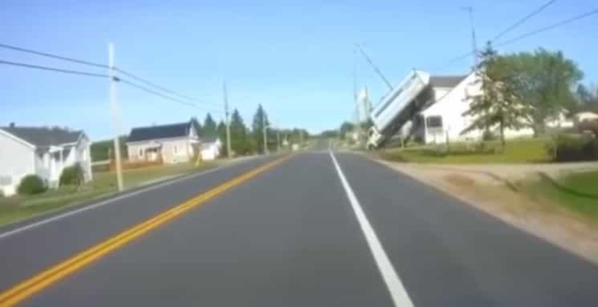 Camião 'aterrou' em cima de casa no Canadá