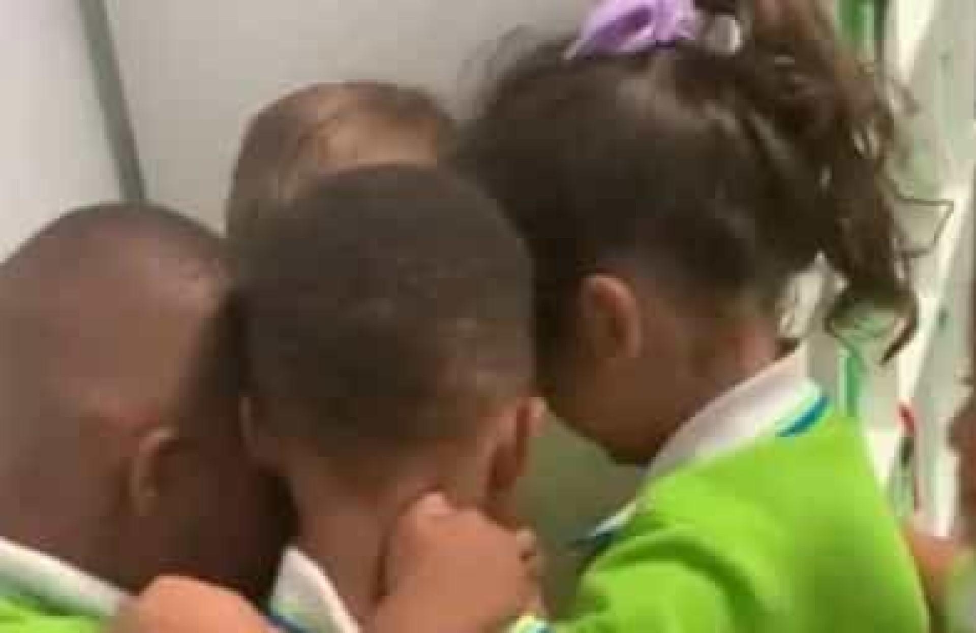 Menino recebido por colegas com caloroso abraço após sobreviver a furacão