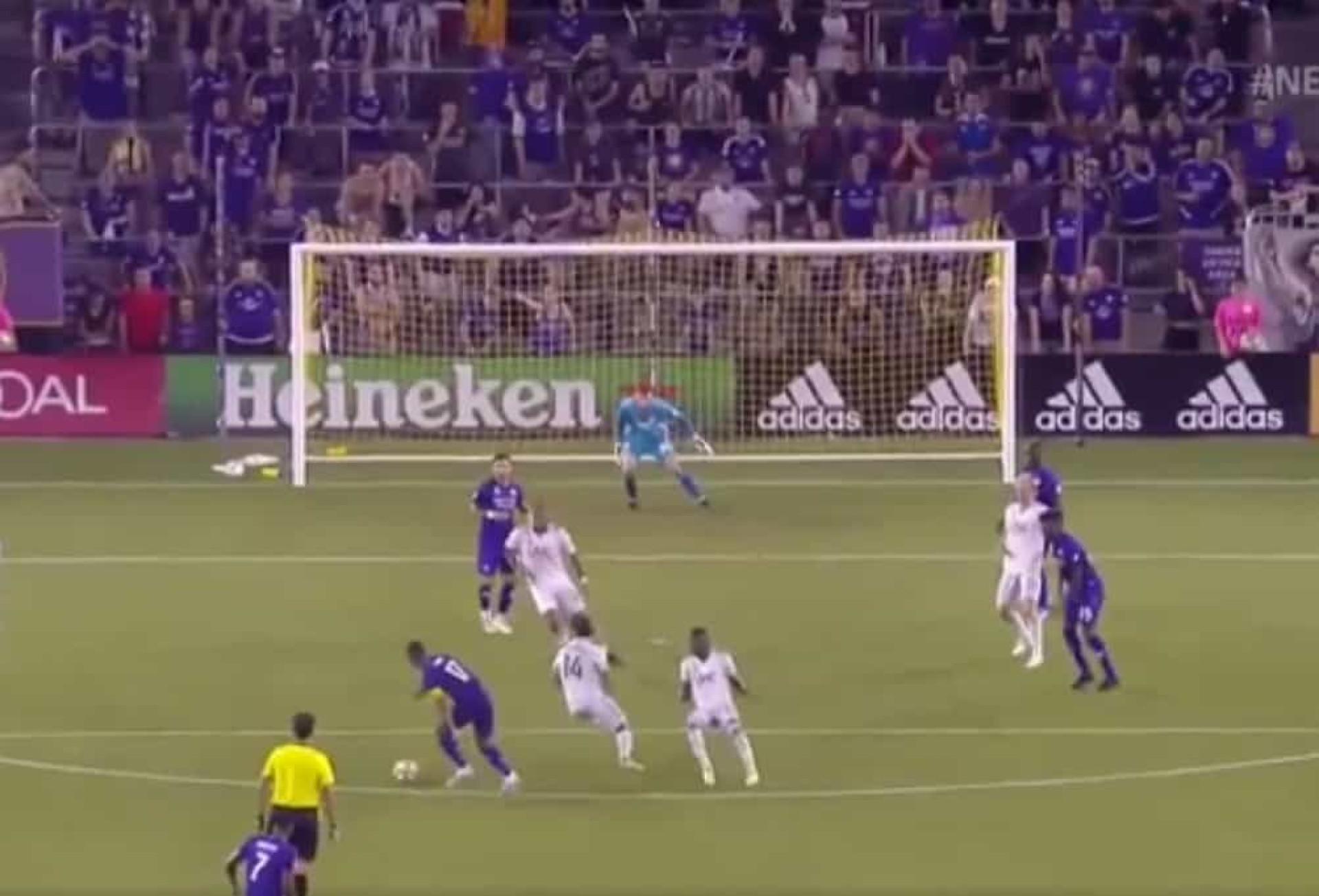 Puxa para um lado, puxa para o outro e... golão de Nani na MLS
