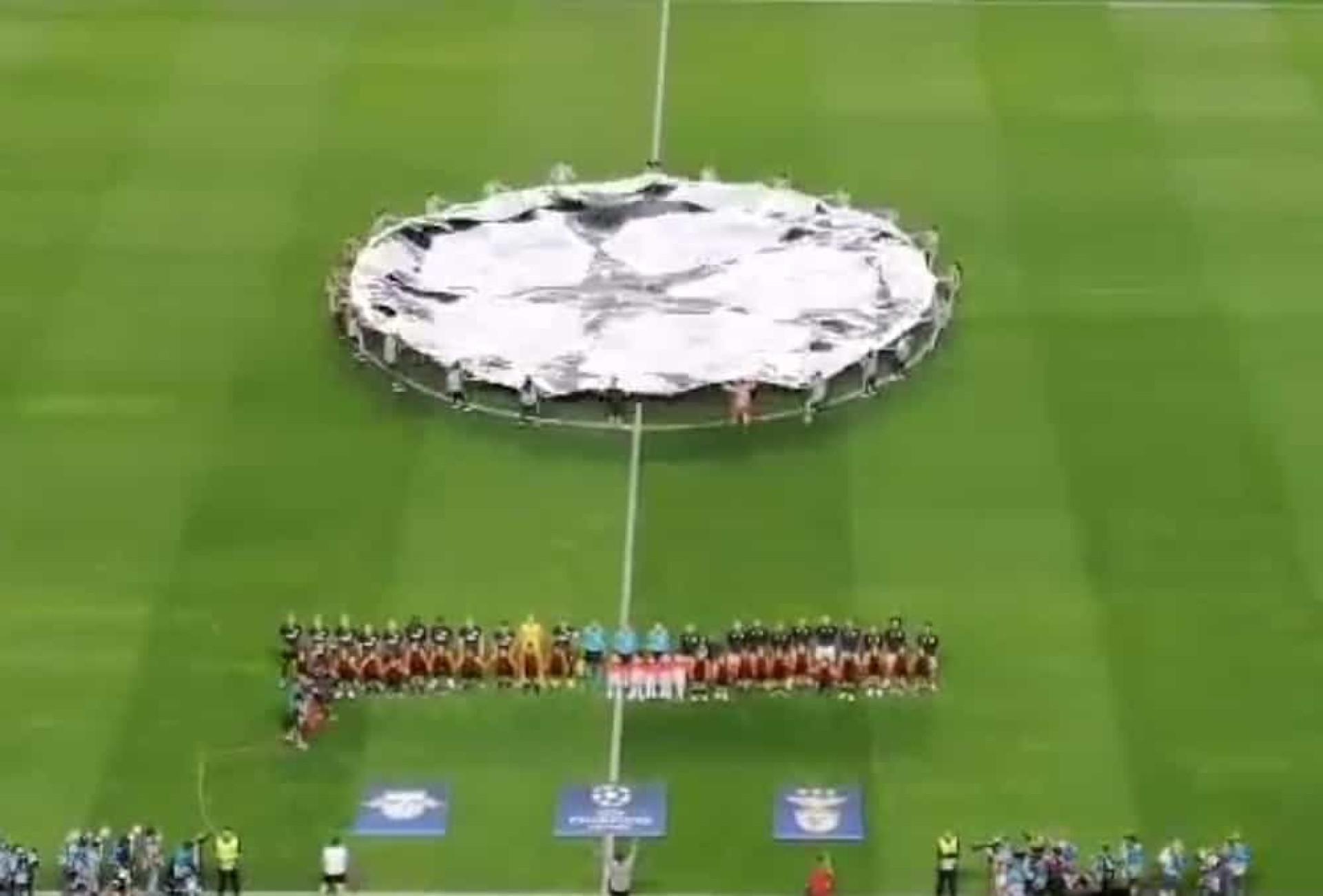 Que ambiente. Assim foi o hino da Champions no Estádio da Luz