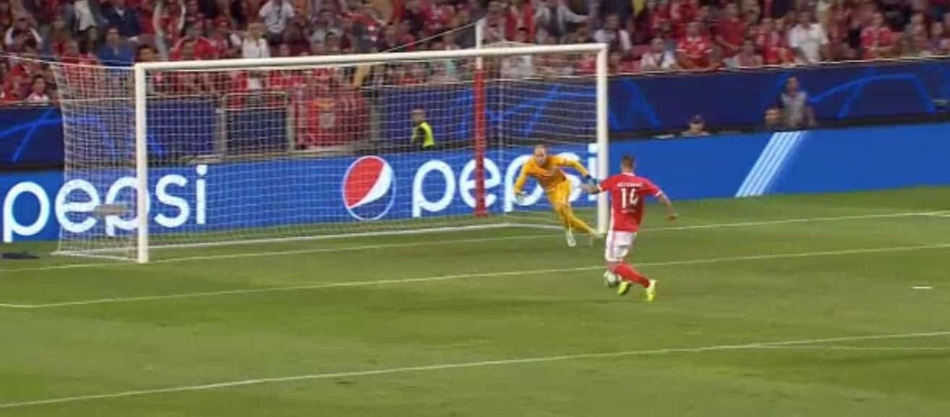 Seferovic marcou e mandou calar a Luz