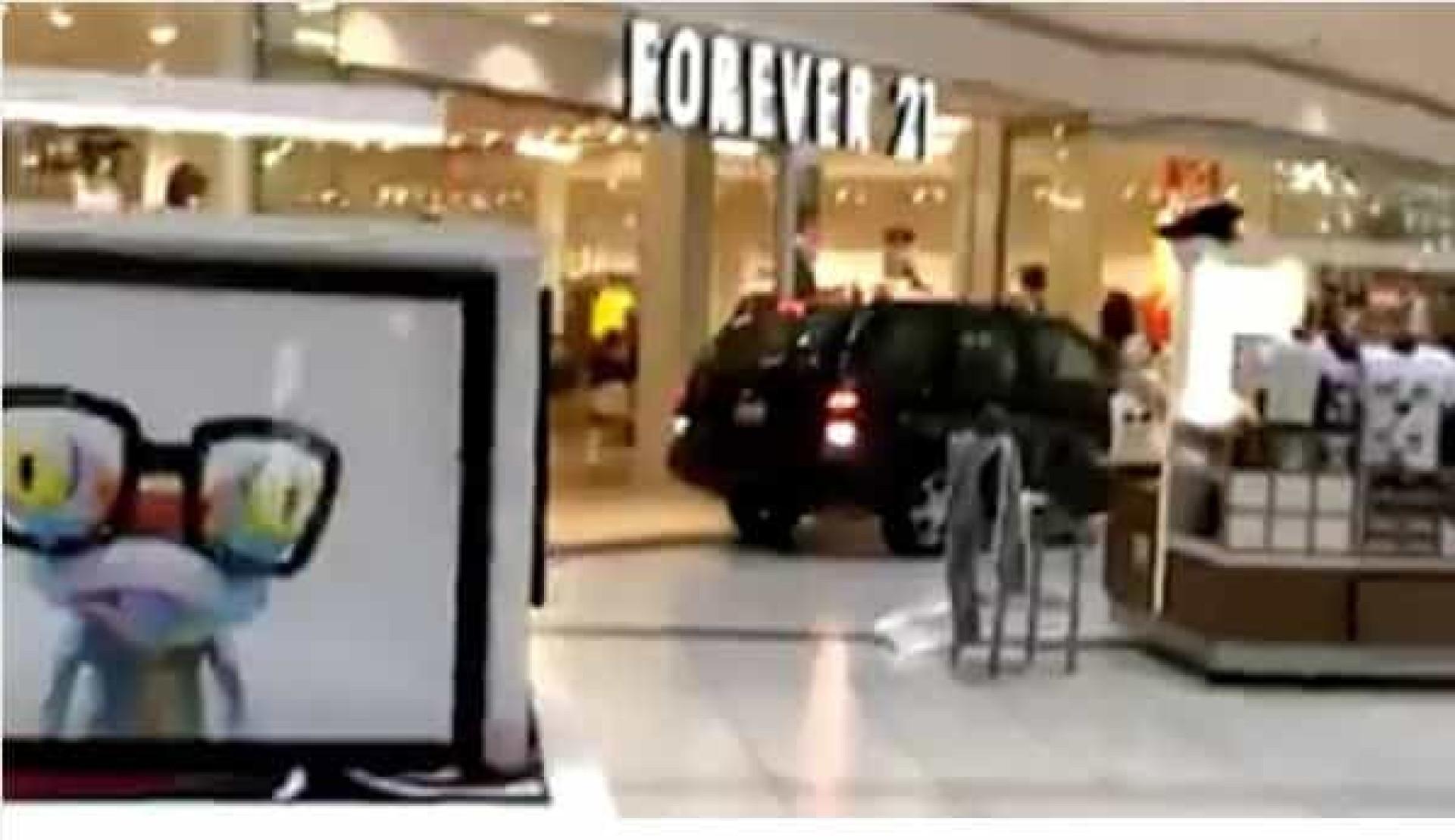 Carro invade centro comercial nos EUA e lança o pânico