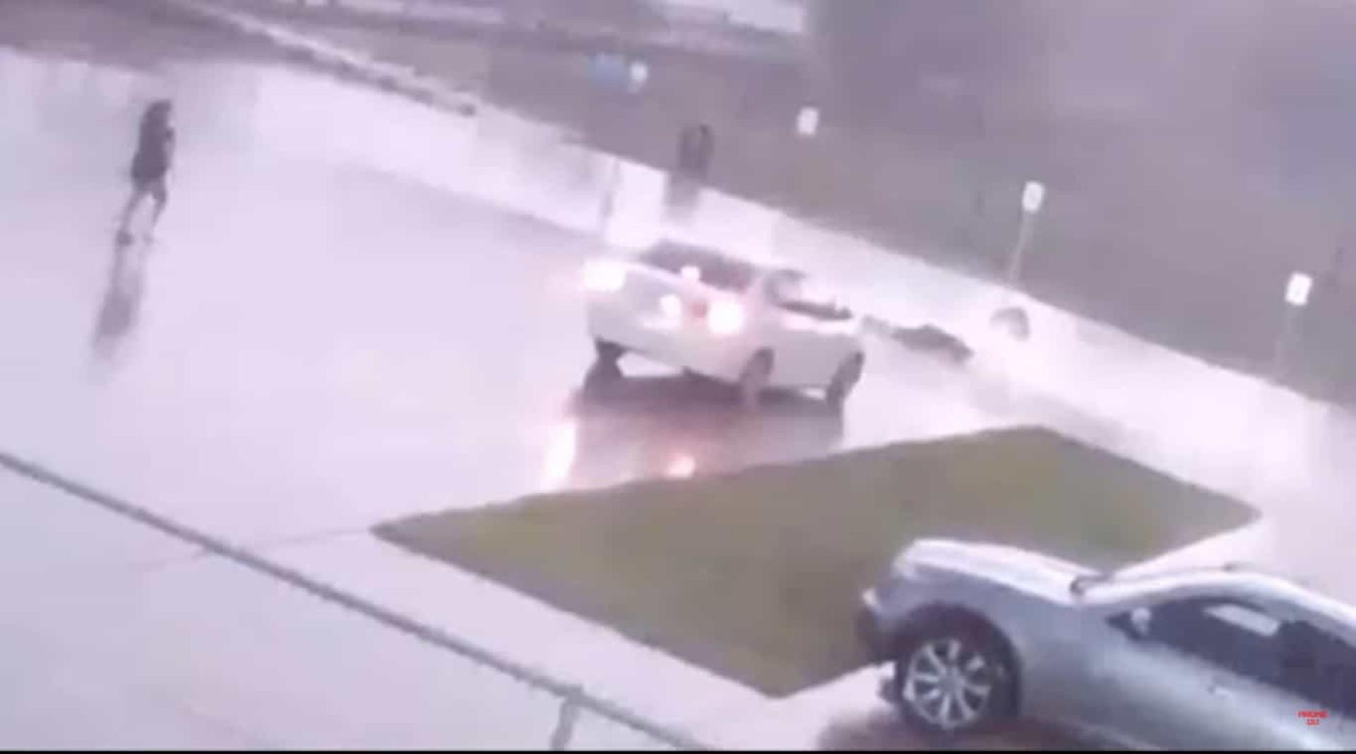 Captado em vídeo momento em que homem é atingido por relâmpago