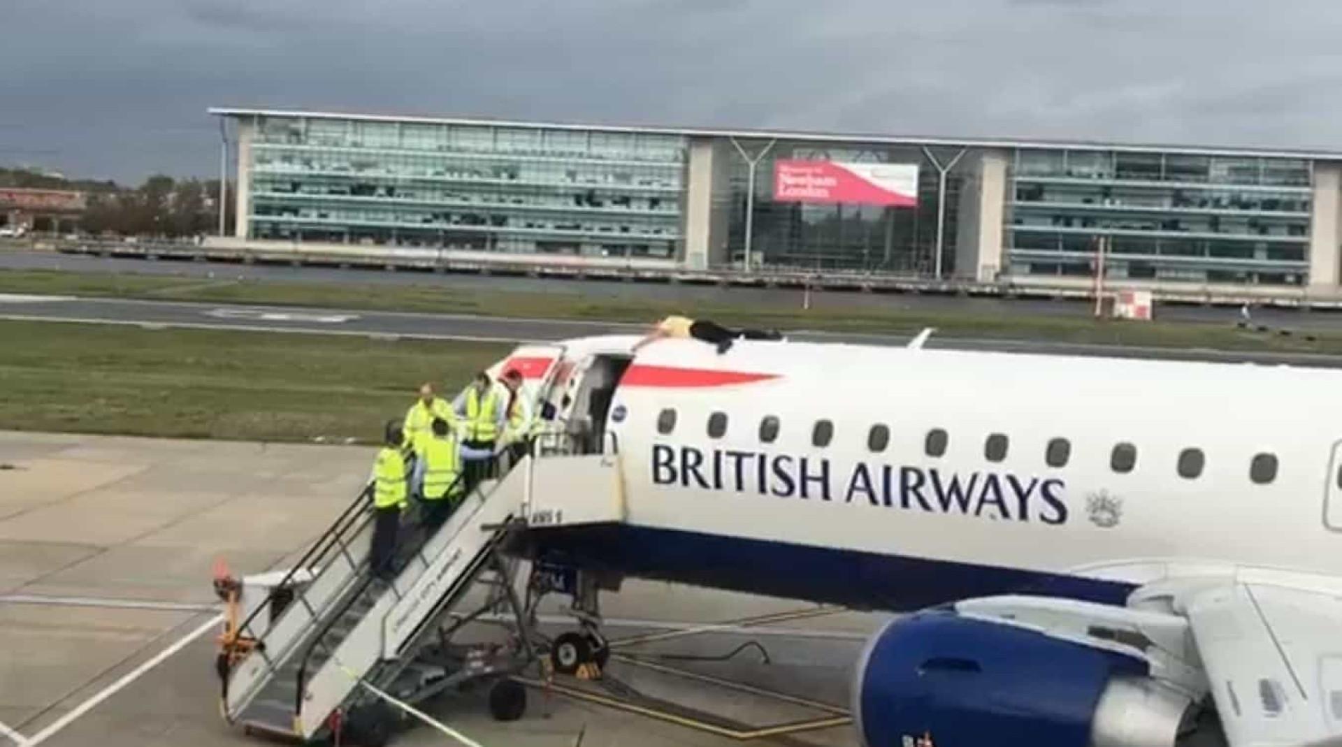 Ativista ambiental sobe a avião em aeroporto de Londres para... protestar