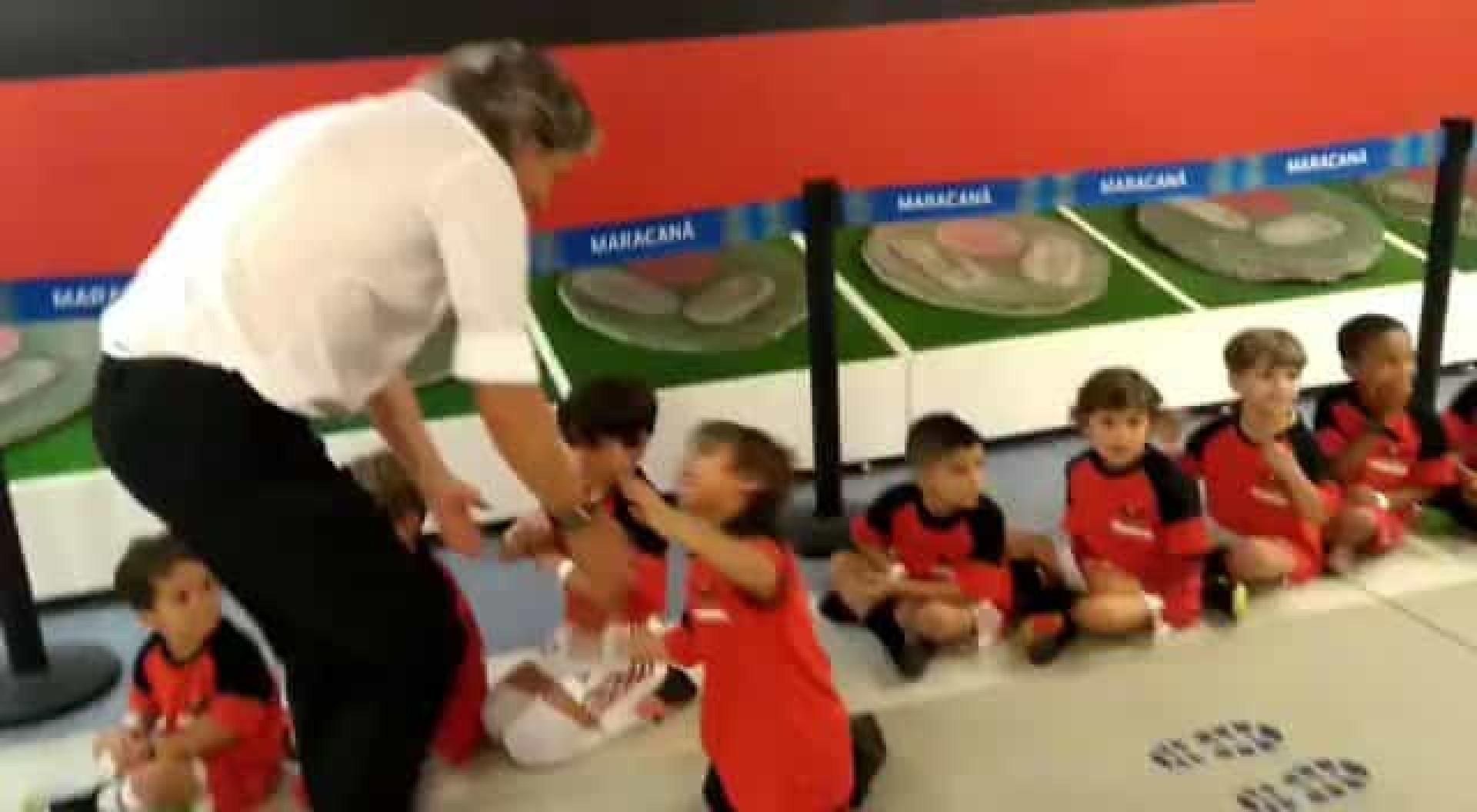 Jorge Jesus faz as delícias dos pequenos fãs do Flamengo