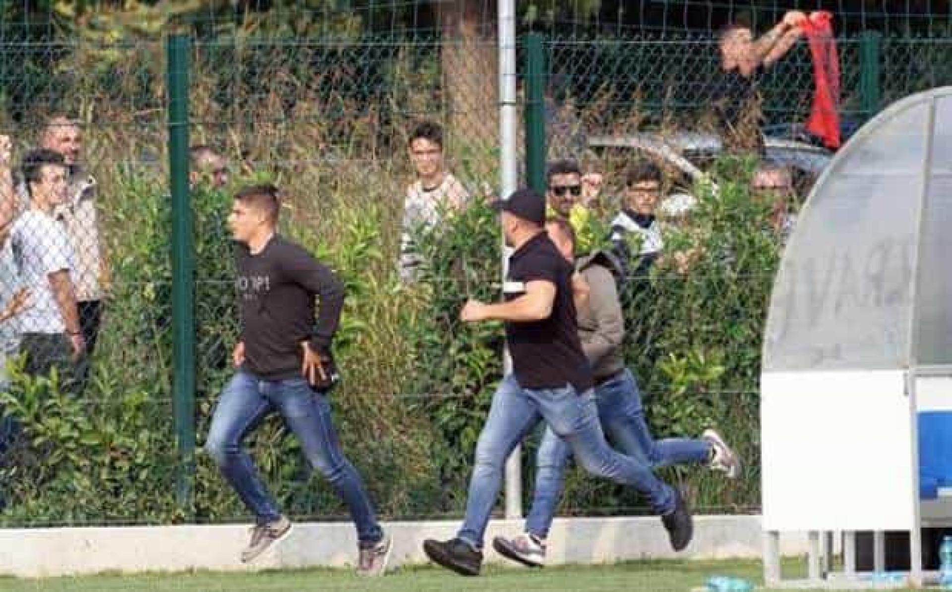 Adeptos sérvios obrigam à suspensão de encontro em Itália