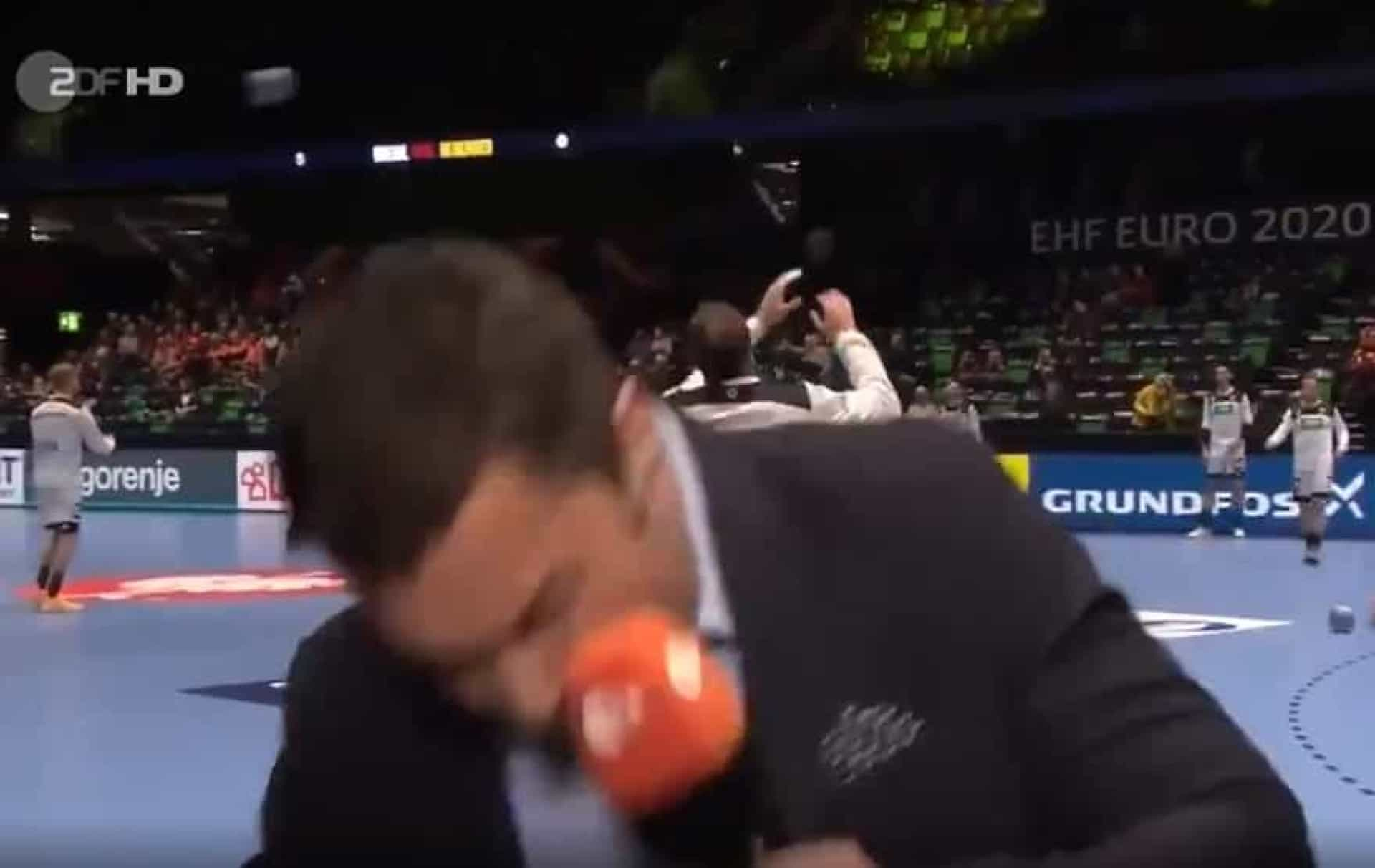 Euro'2020: Jornalista leva bolada em direto antes do Alemanha-Holanda