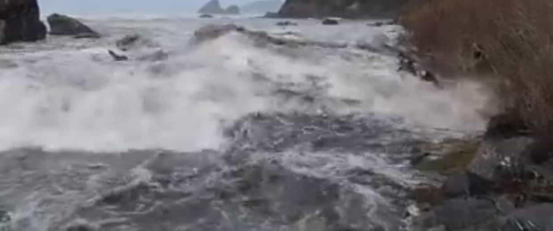 Onda arrastou pessoas que observavam maré invulgarmente alta