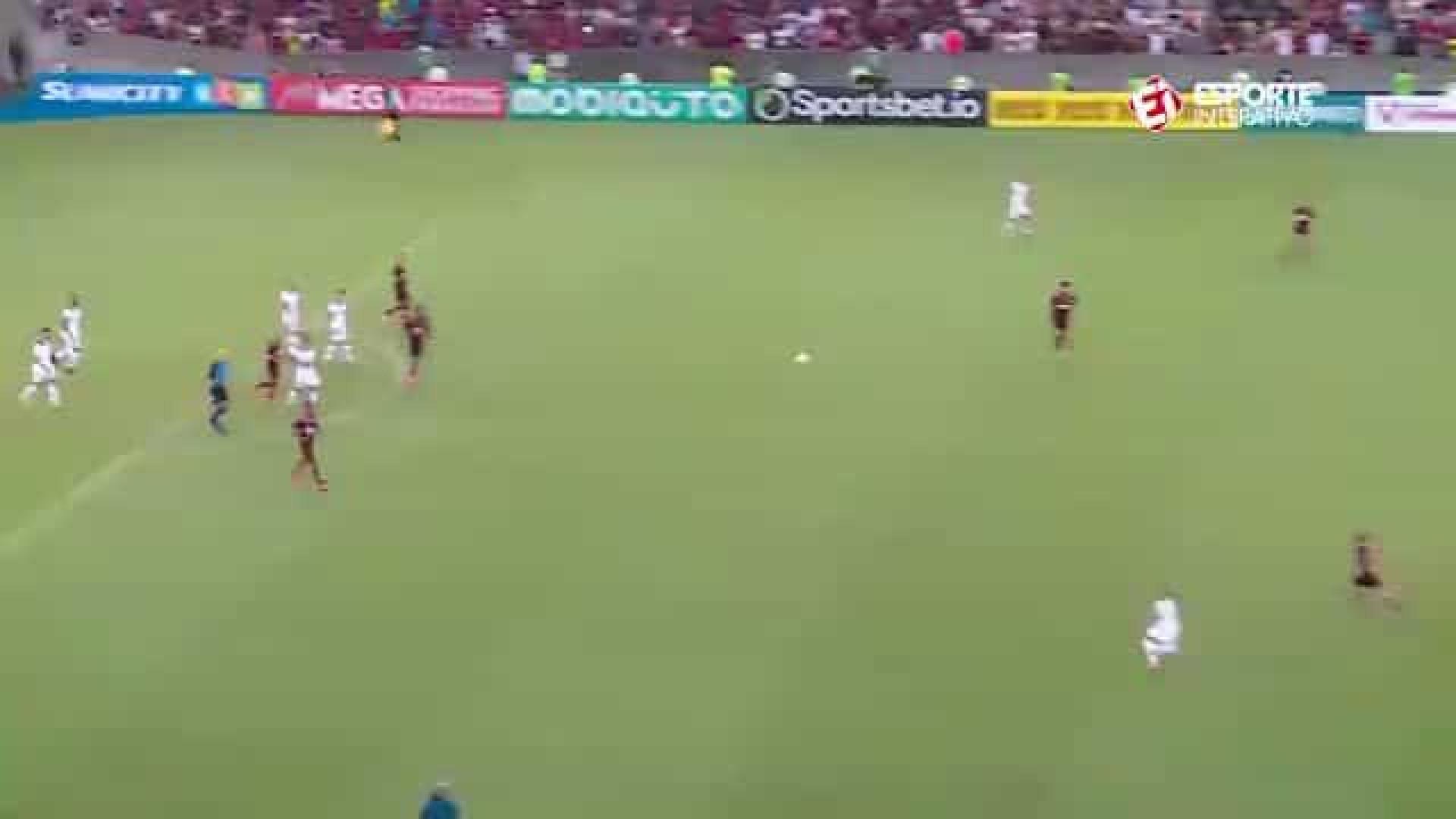 Filipe Luís marcou um golaço que teve direito a calcanhar de Gabigol