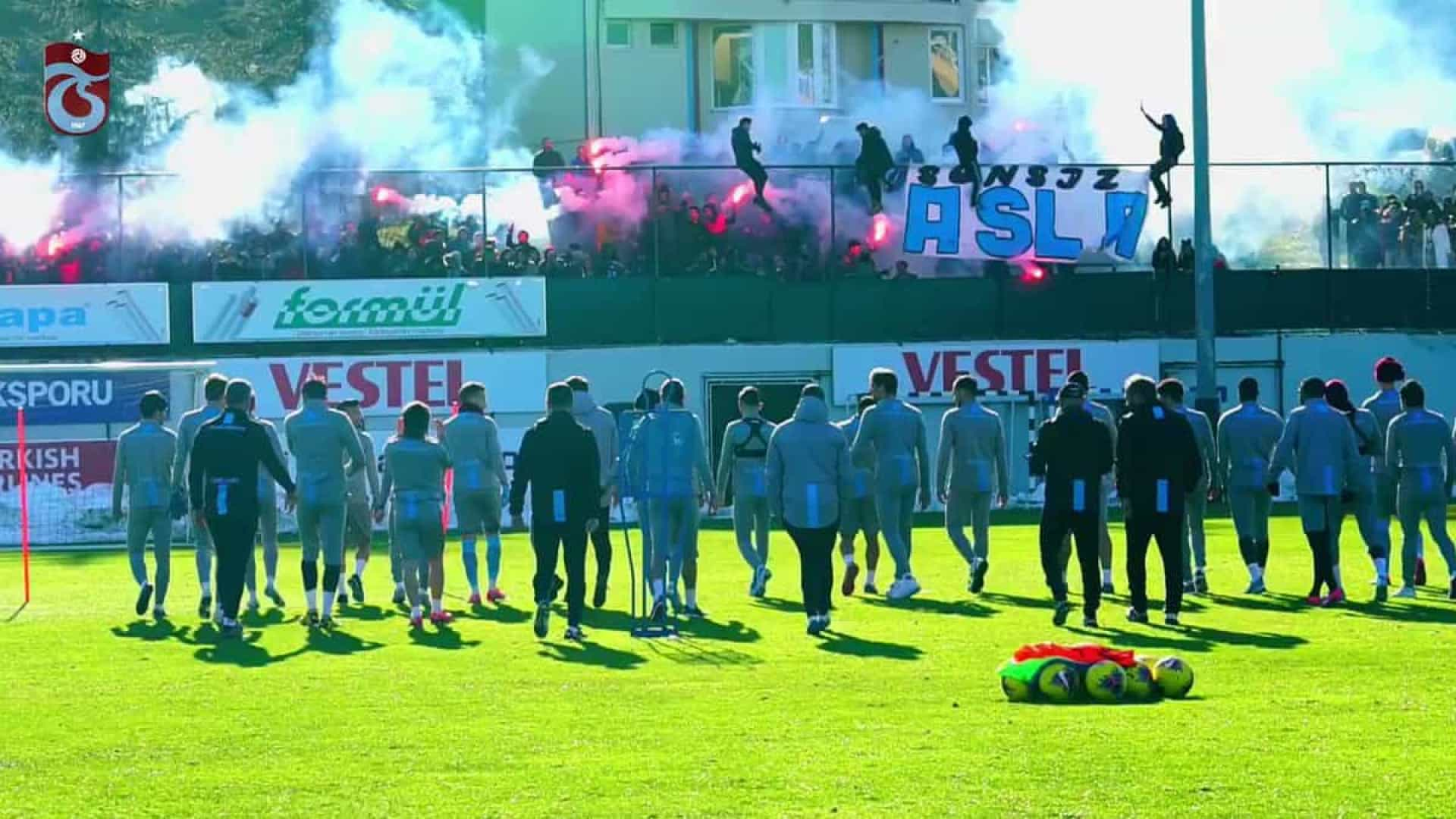 Adeptos do Trabzonspor protagonizam espetáculo no treino da equipa turca