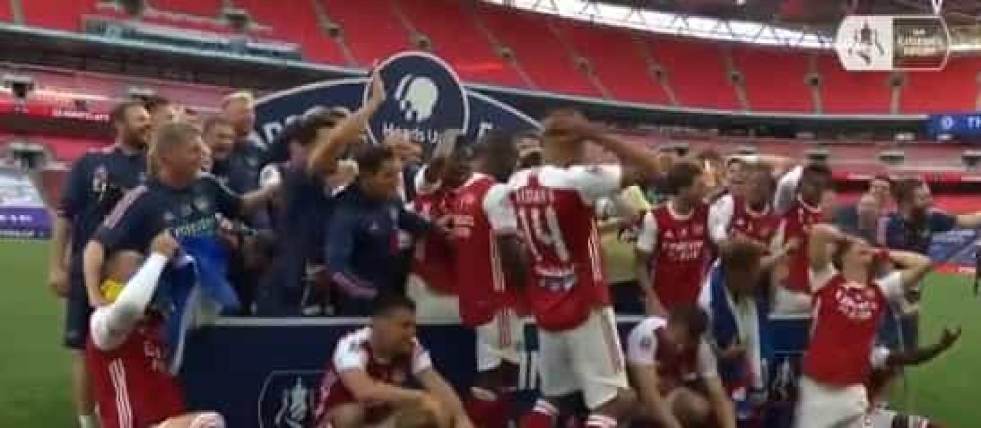 Incrível: Aubameyang deixa cair Taça de Inglaterra na hora de festejar