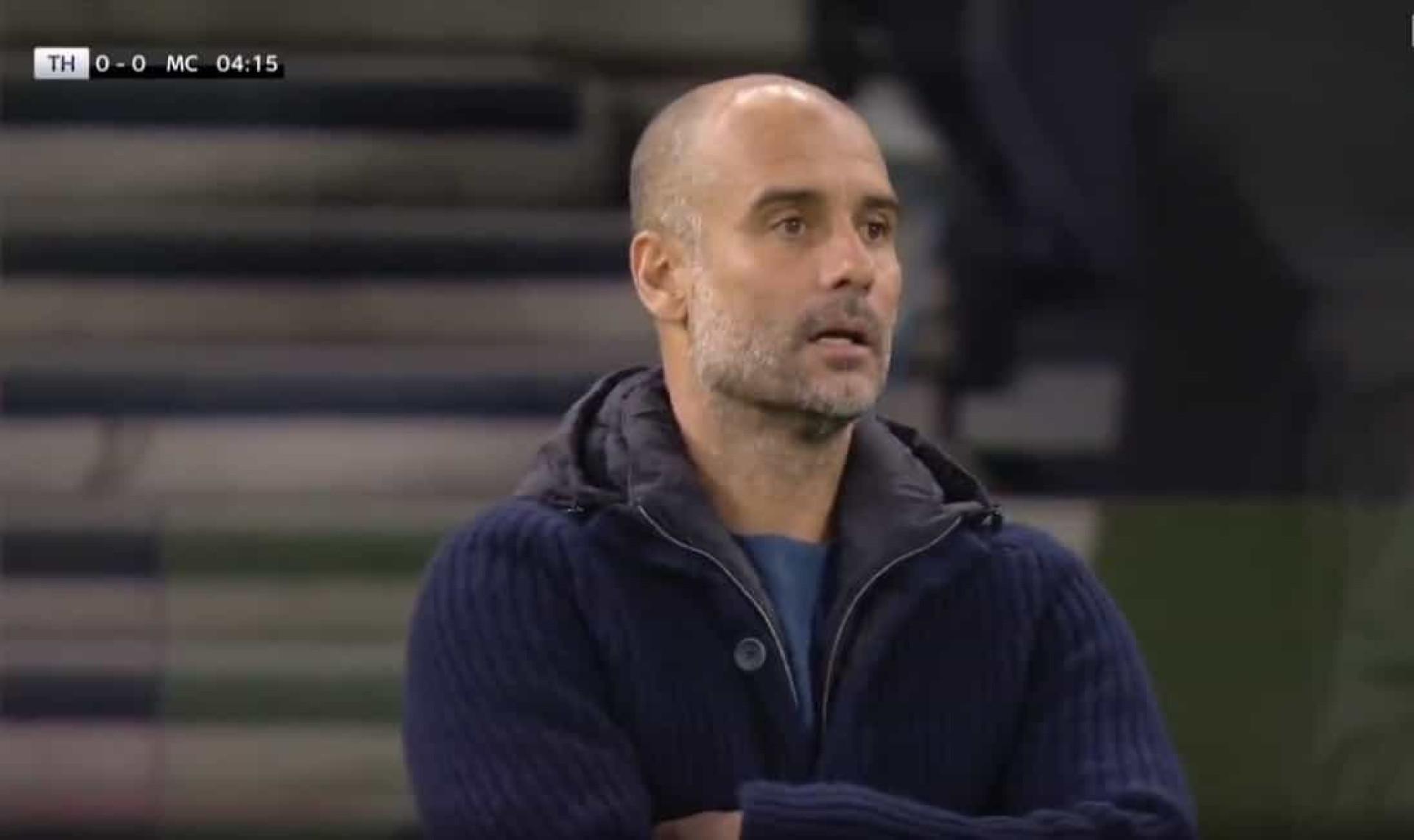 Cinco minutos e Mourinho já vence Guardiola. A cara do espanhol diz tudo