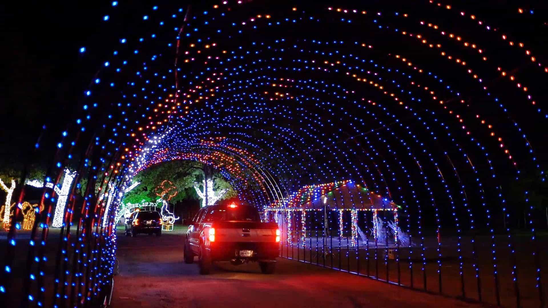Neste drive-thru no Texas podem ver-se luzes de natal a salvo da Covid-19