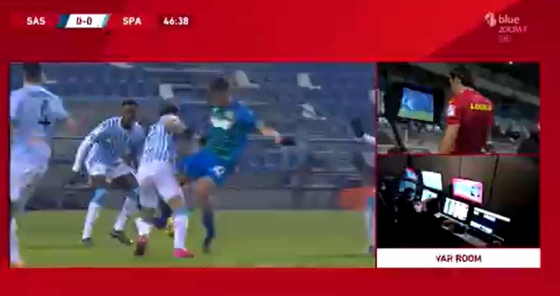 Ex-médio do Benfica protagoniza entrada bárbara na Taça de Itália