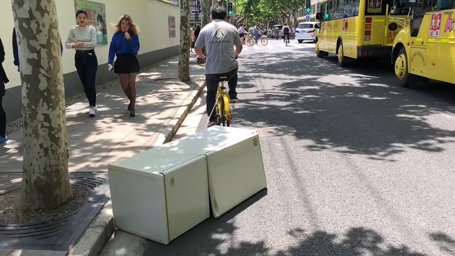 Amerikanischer Kühlschrank Transportieren : Mann transportiert kühlschrank mit seinem rad buzz videos your