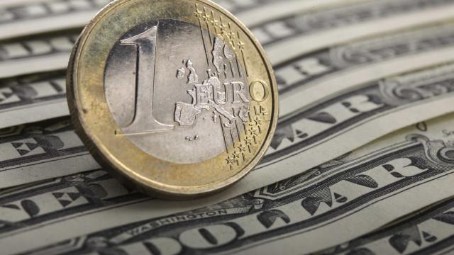 Euro cai face ao dólar depois de afastada subida das taxas de juro