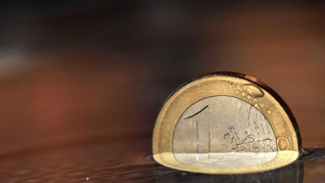Euro sobe mas permanece abaixo de 1,14 dólares