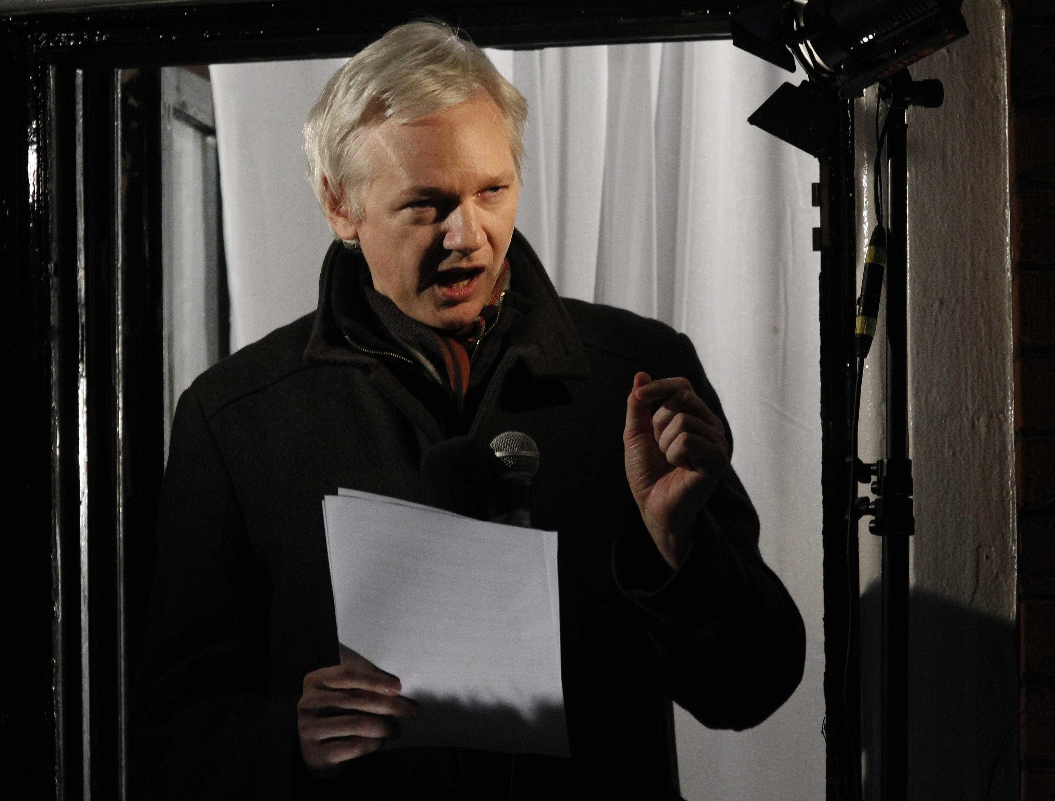 """Bruxelas vai acompanhar """"de perto"""" detenção de Julian Assange"""