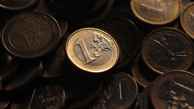 Euro sobe face ao dólar apesar de dados sólidos da economia dos EUA