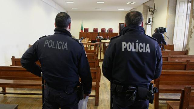 Tribunal aplica internamento a menor acusado de ajudar a matar idoso