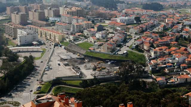 Câmara vai suspender licenças para instalação de gruas no espaço público