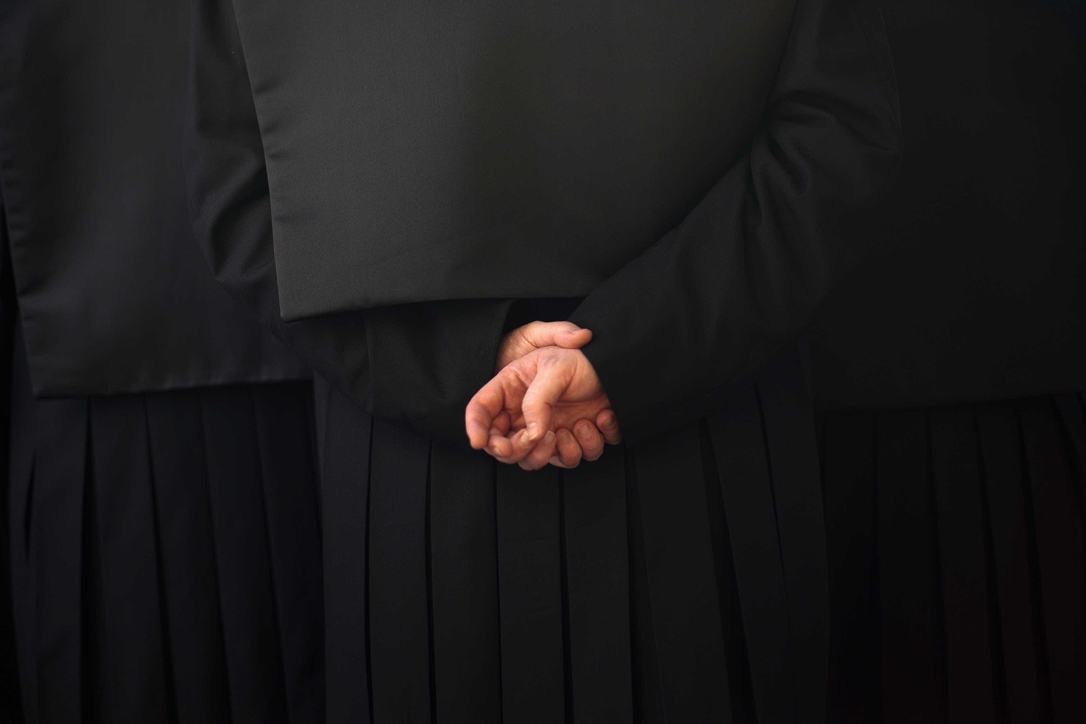 Advogado de condenado por violar filha tenta afastar juíza por ser mulher
