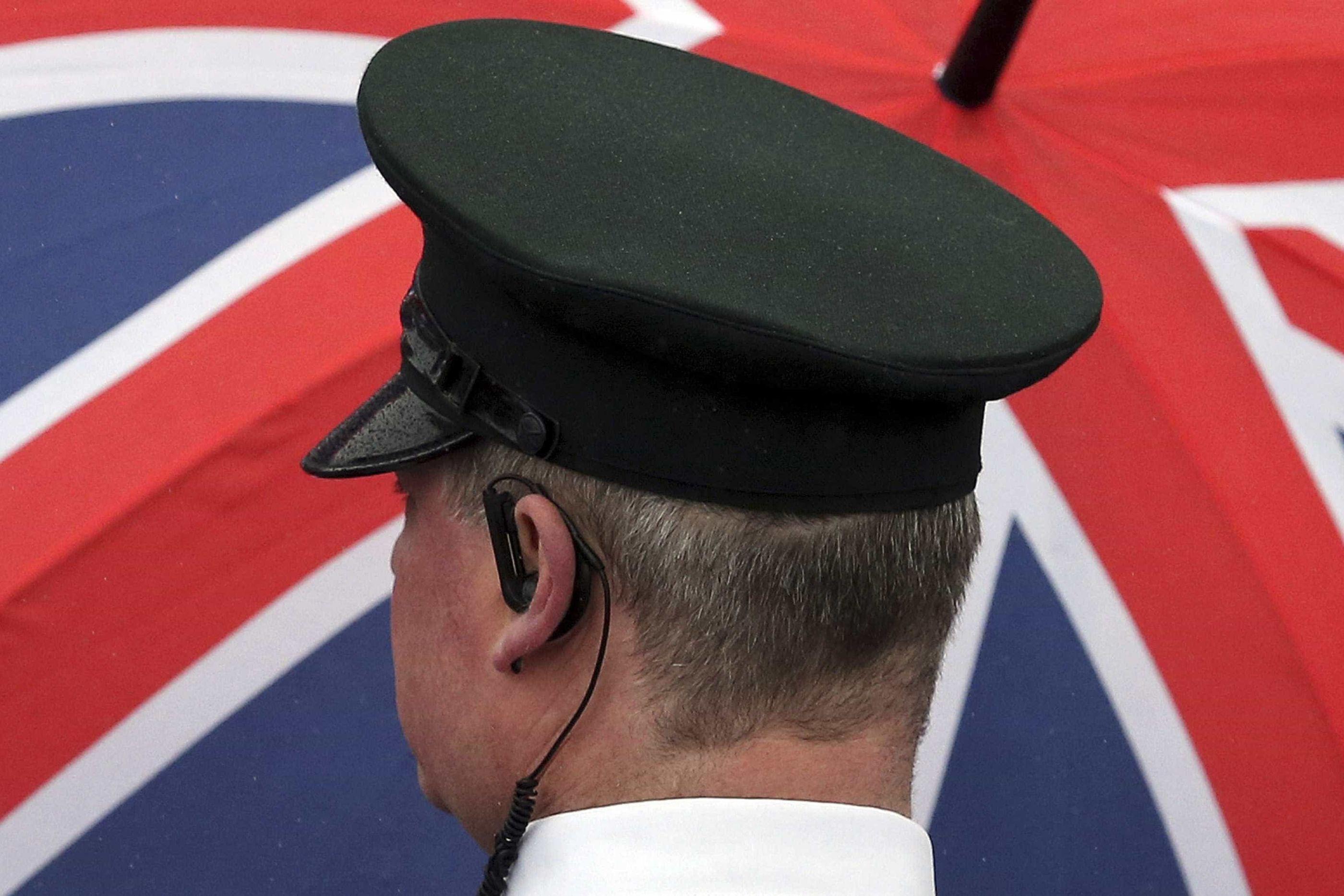 Polícia britânica encontra corpo de homem algemado no rio