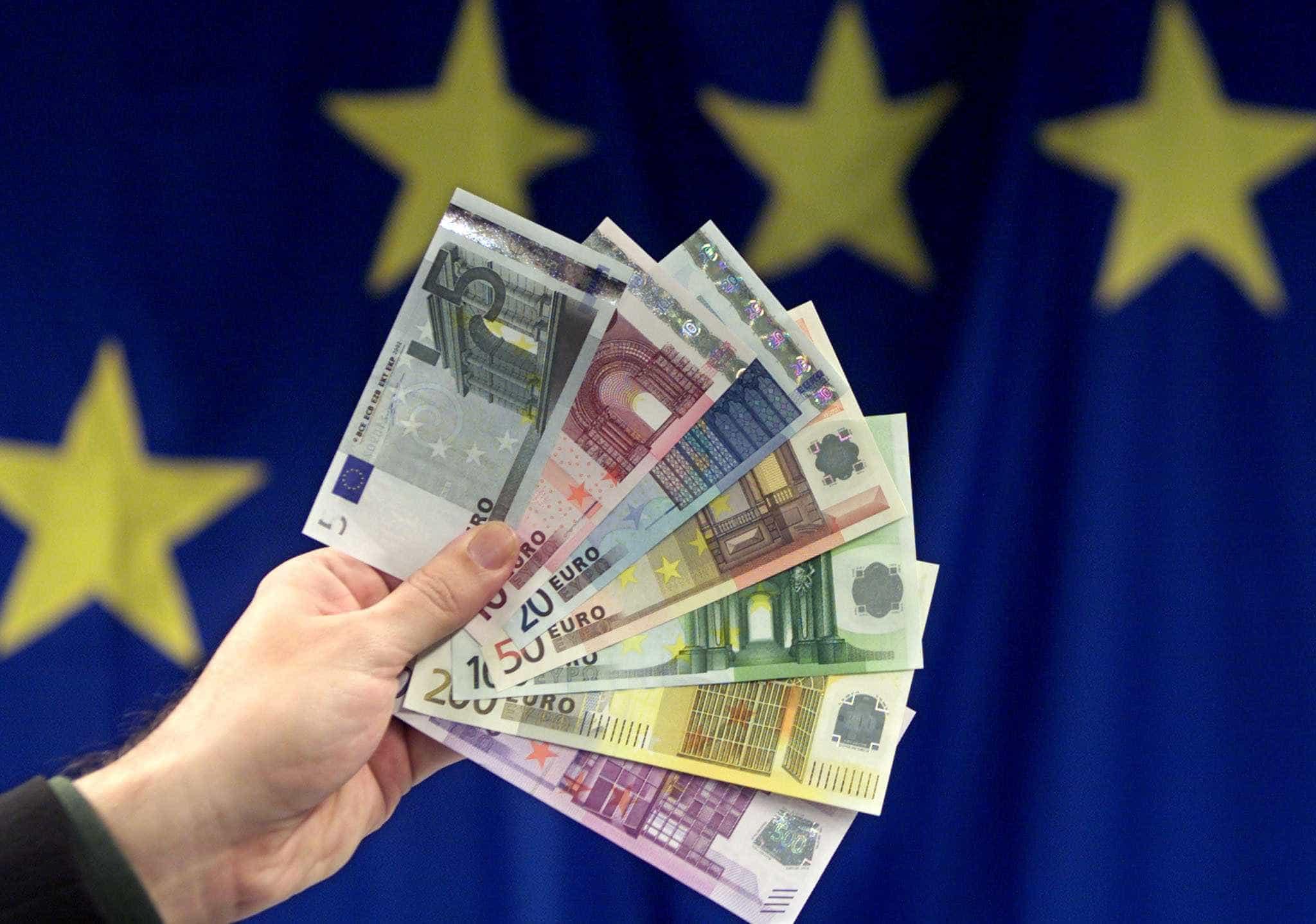 Eis a viagem das notas de euro antes de chegarem ao seu bolso