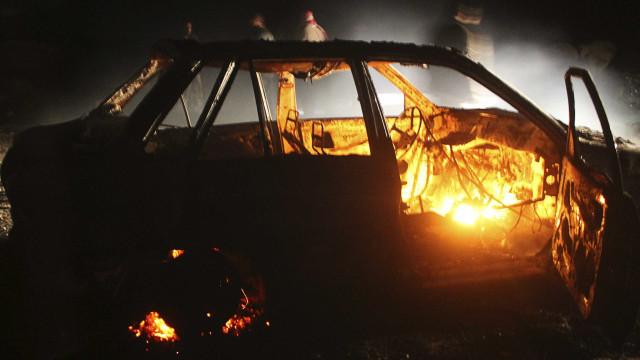 Seis viaturas arderam hoje de madrugada em Queijas