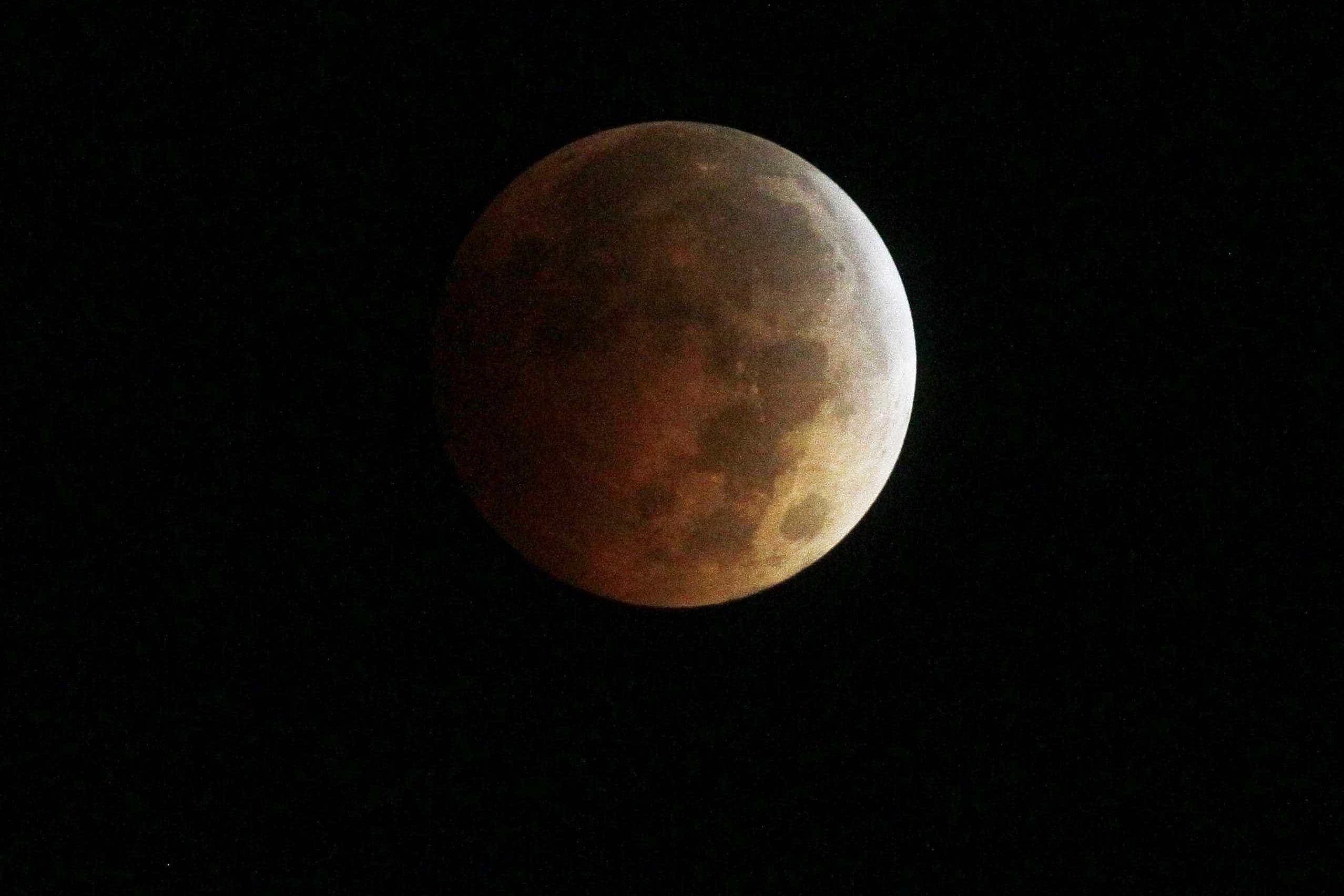 O ano 2019 começa com o eclipse total de uma Super Lua