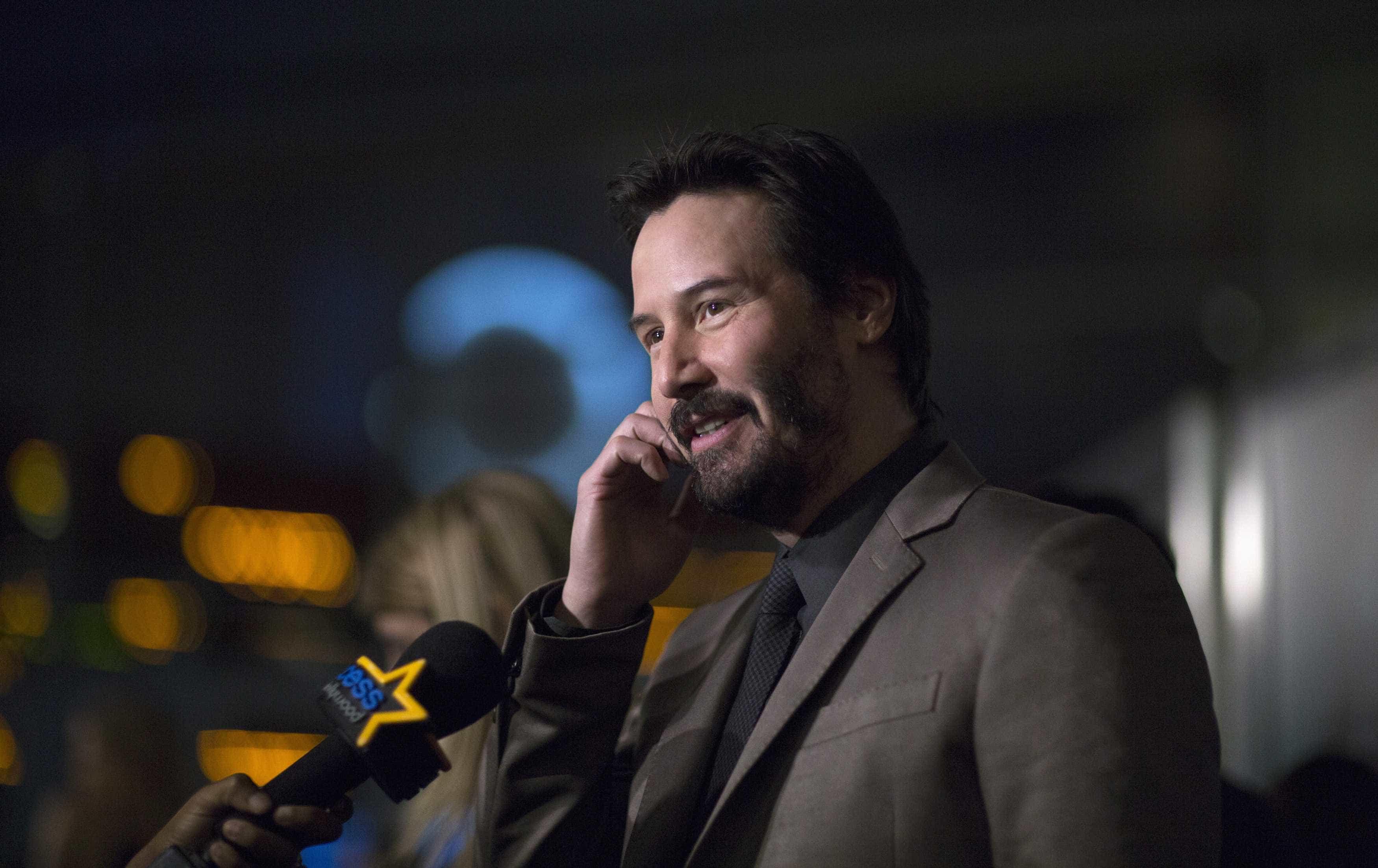 Após aterragem de emergência, Keanu Reeves anima dia de passageiros