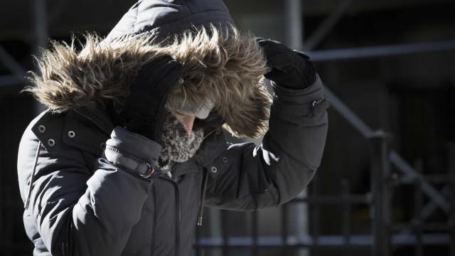 Já tinha guardado os casacos? Vem aí (mesmo) muito frio, chuva e neve