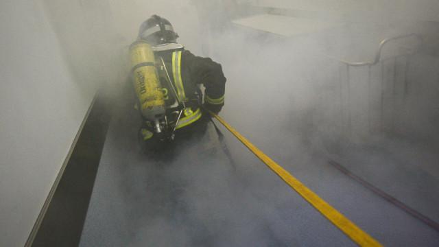 Incêndio em fábrica de paletes em Ourém causa um ferido