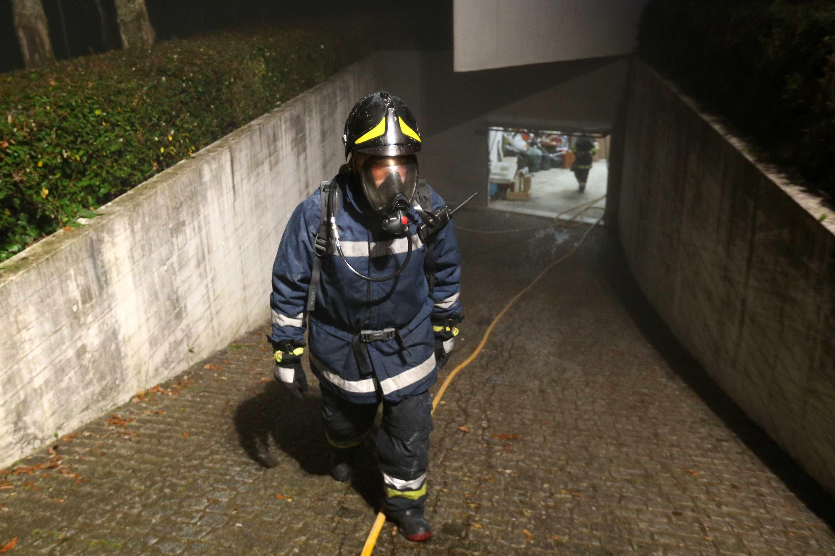 Carro incendeia-se em parque subterrâneo de estação em Gaia