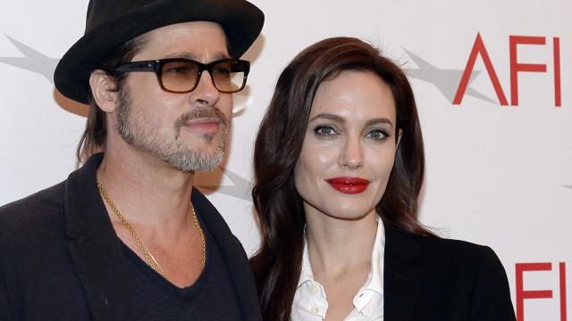 """Três anos depois, Brad Pitt e Angelina Jolie oficialmente """"solteiros"""""""