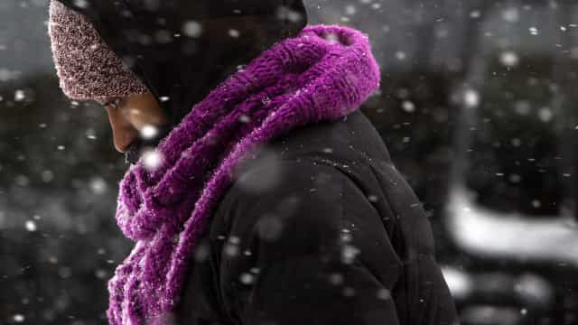 Cinco distritos do país estão sob aviso laranja devido à neve