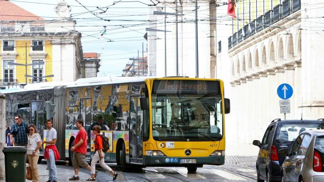 Acidente com dois autocarros provoca dois feridos em Lisboa