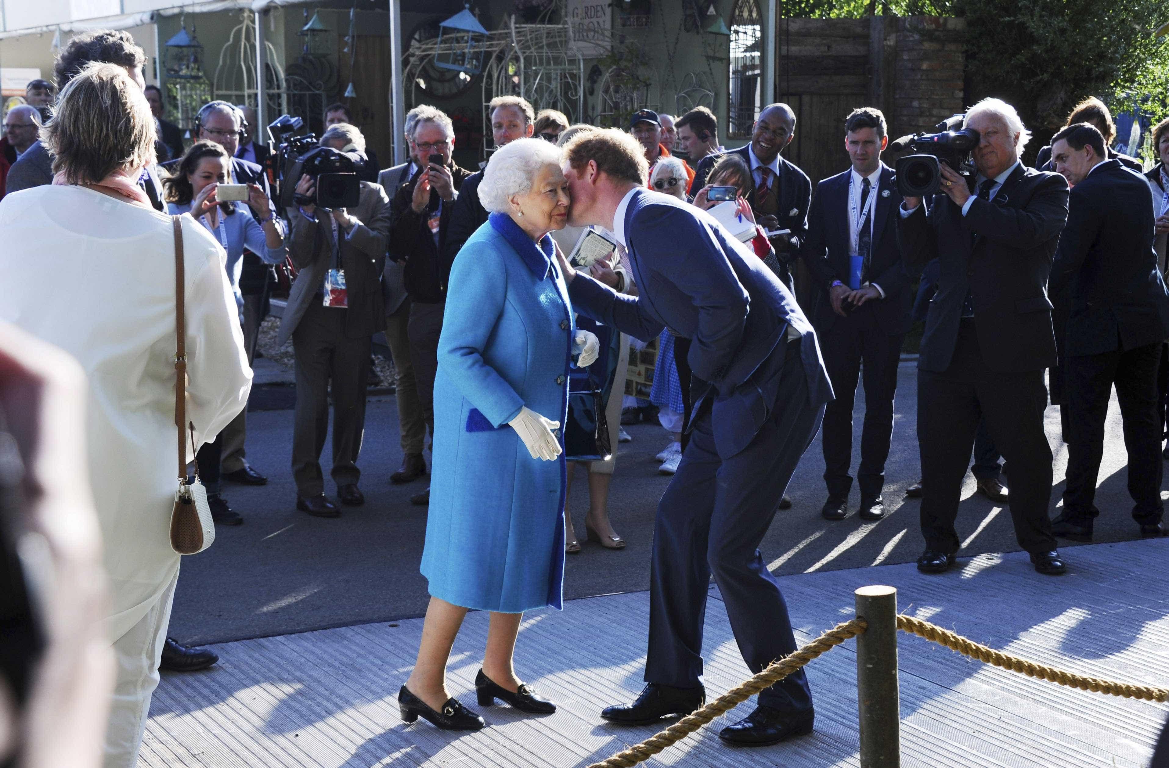 Príncipe Harry condecorado Cavaleiro Real