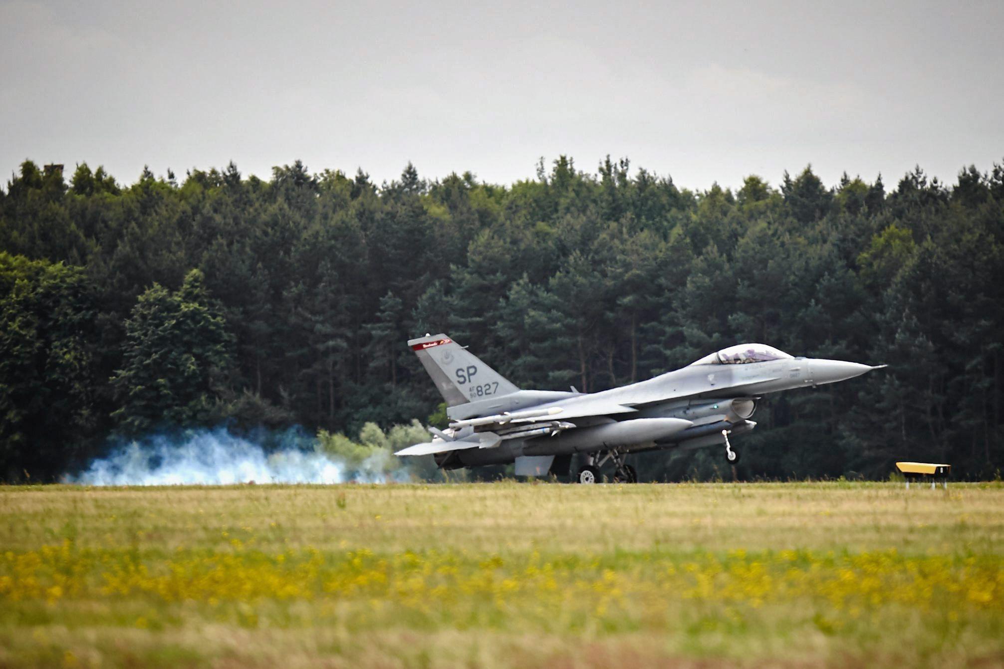 """F-16 foram """"fundamentais"""" para aterragem de emergência de avião em Beja"""