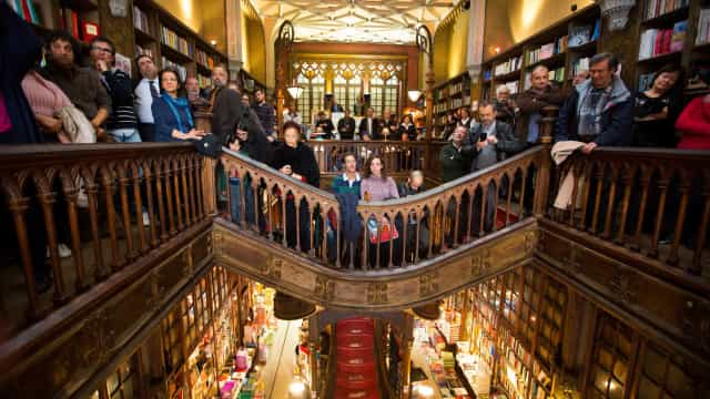 Rebentamento de esgoto desvia turistas da livraria Lello no Porto