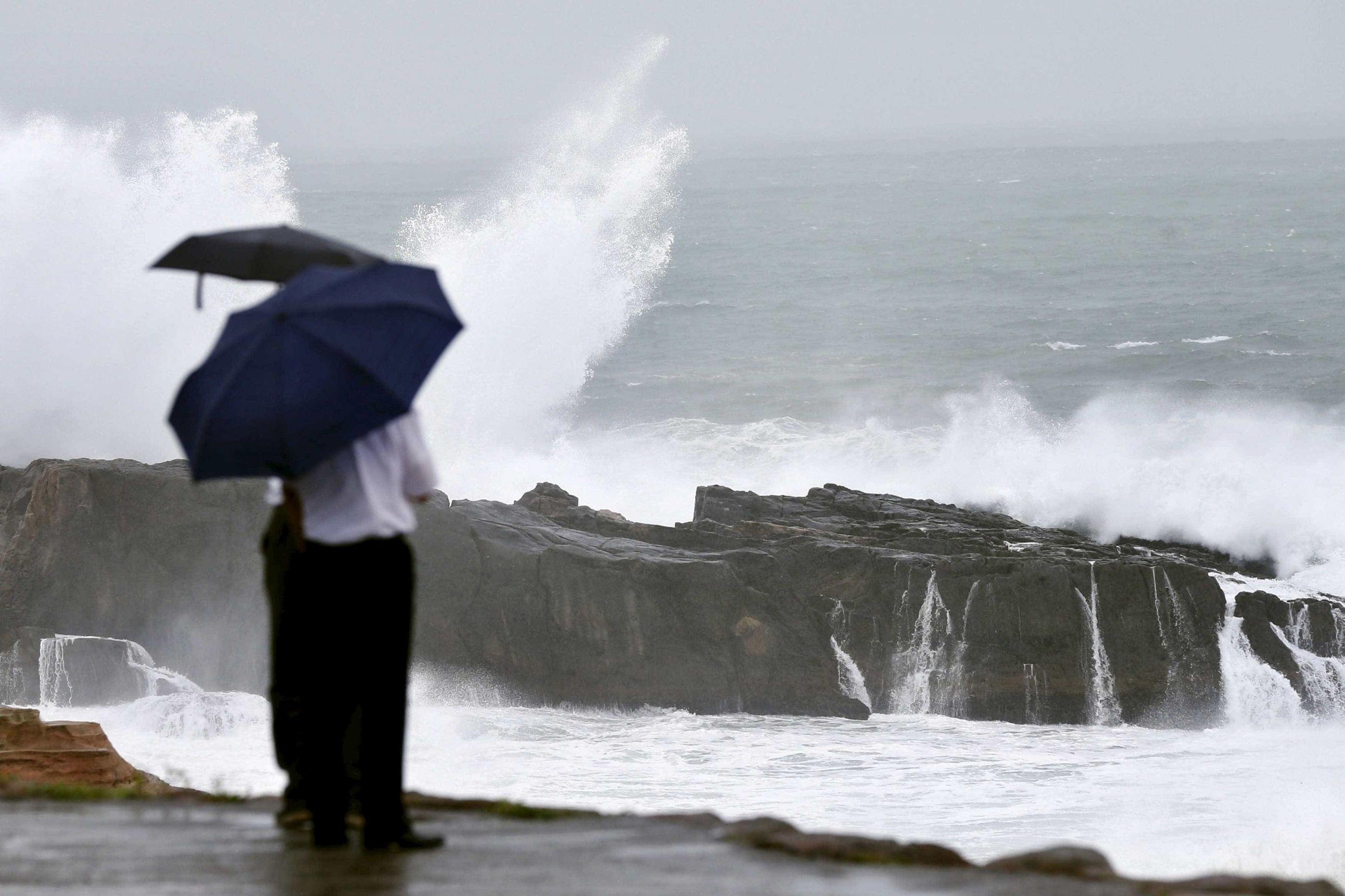 Está aí a chuva e há seis distritos sob aviso devido à agitação marítima