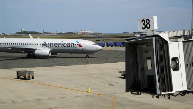 Homem fica ferido após saltar de avião pouco depois da aterragem