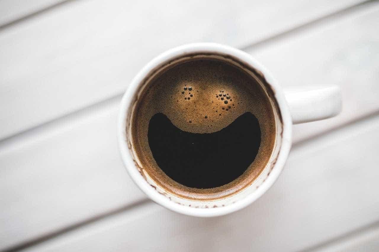 Como sente o café? Se bebe muito, provavelmente sabe-lhe a amargo