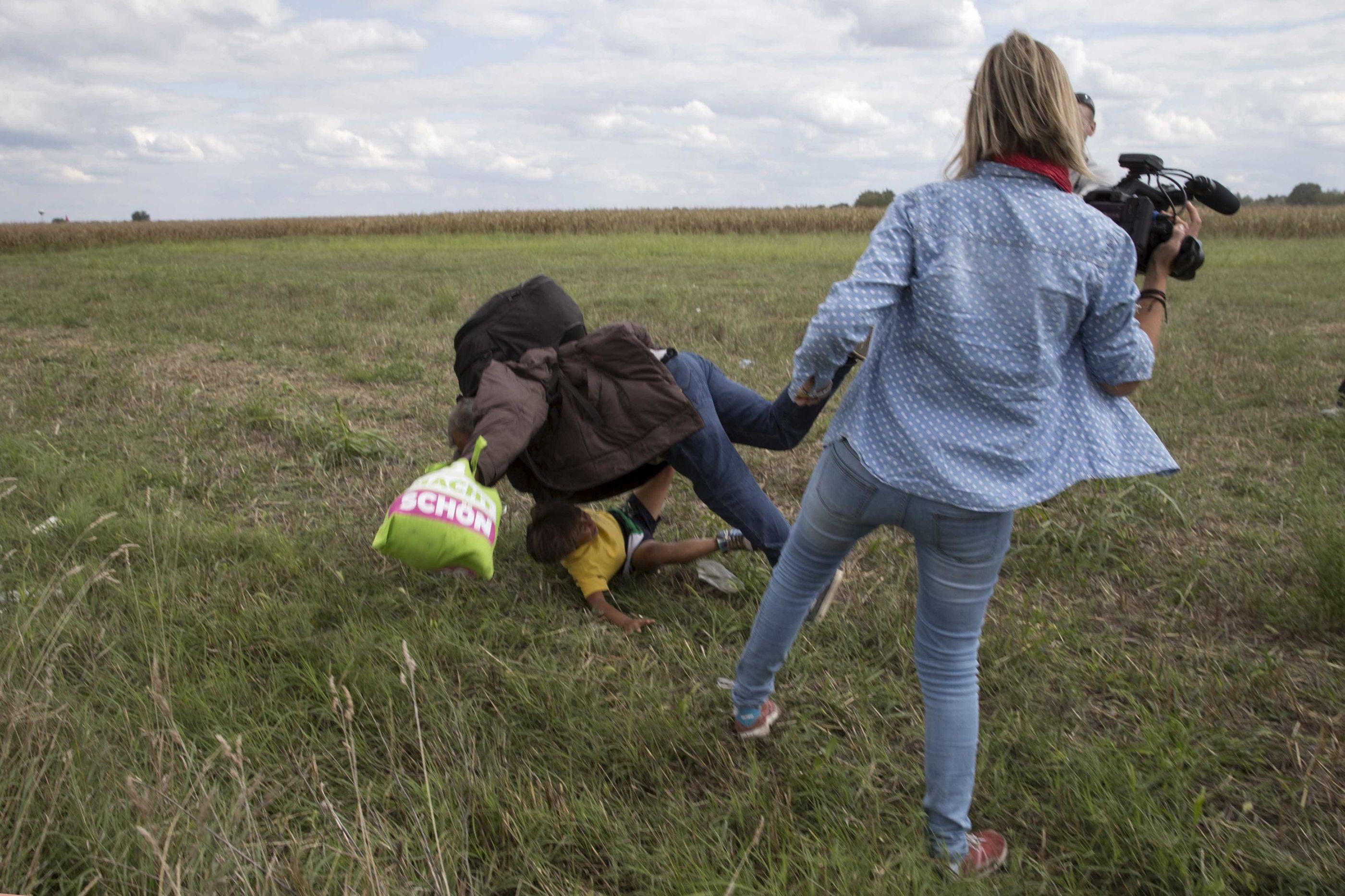 Jornalista que pontapeou migrantes absolvida pelo Supremo Tribunal