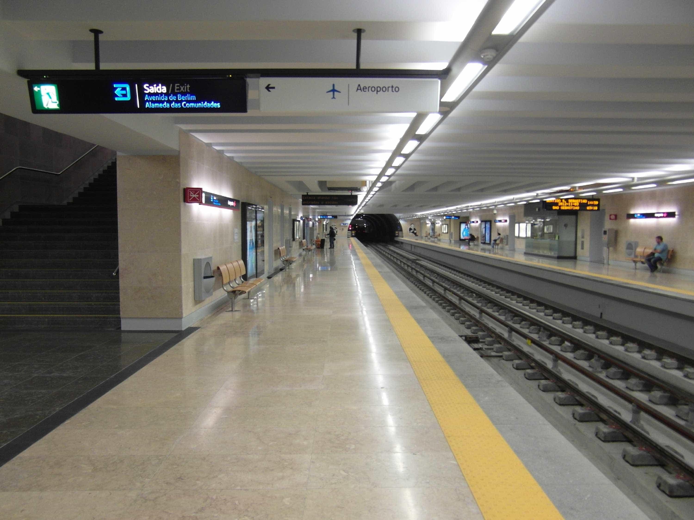 Metro impede entrada de convidados, trabalhadores reúnem-se à porta