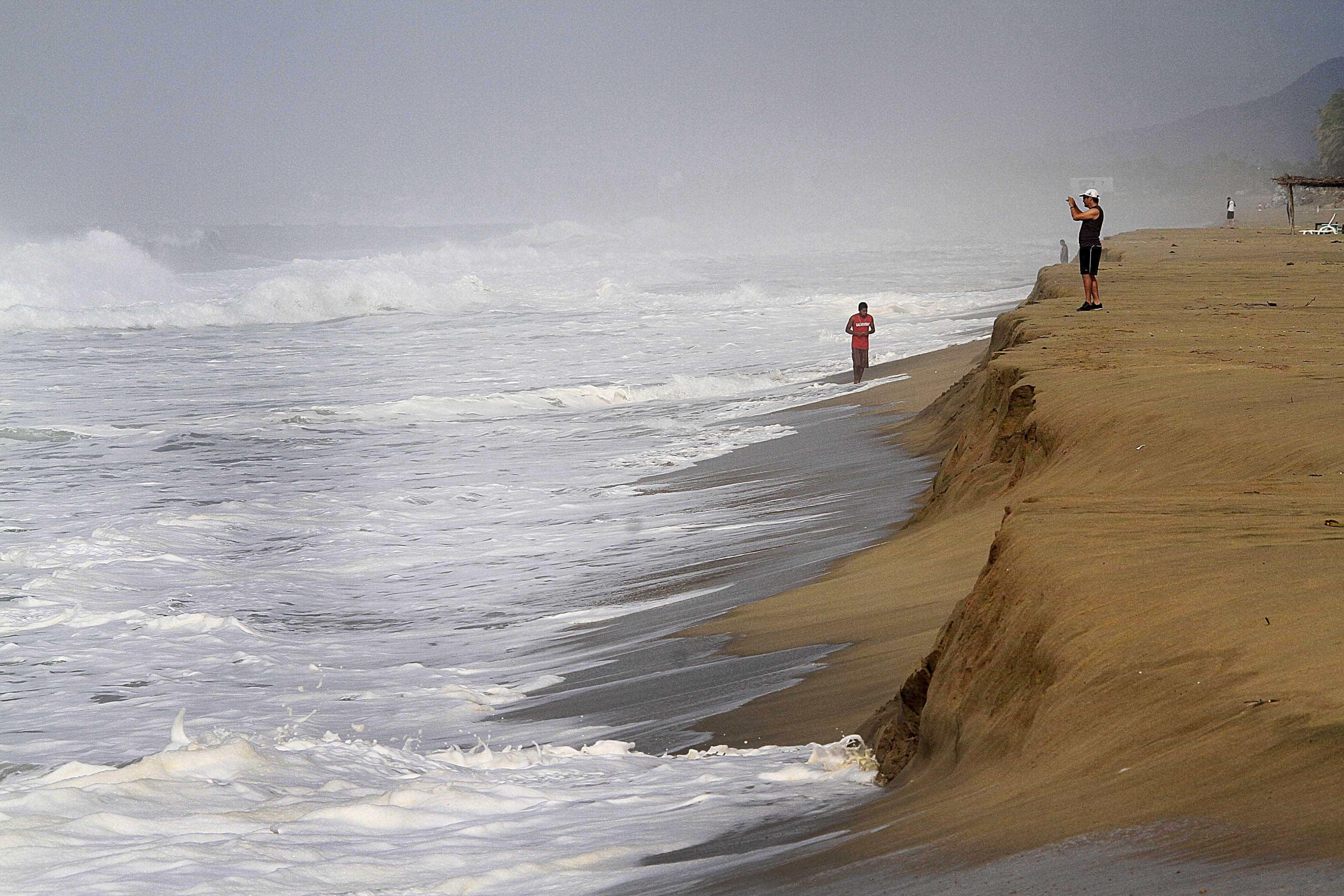 Marés vivas deixam restaurante em risco de ruir em praia de Santa Cruz