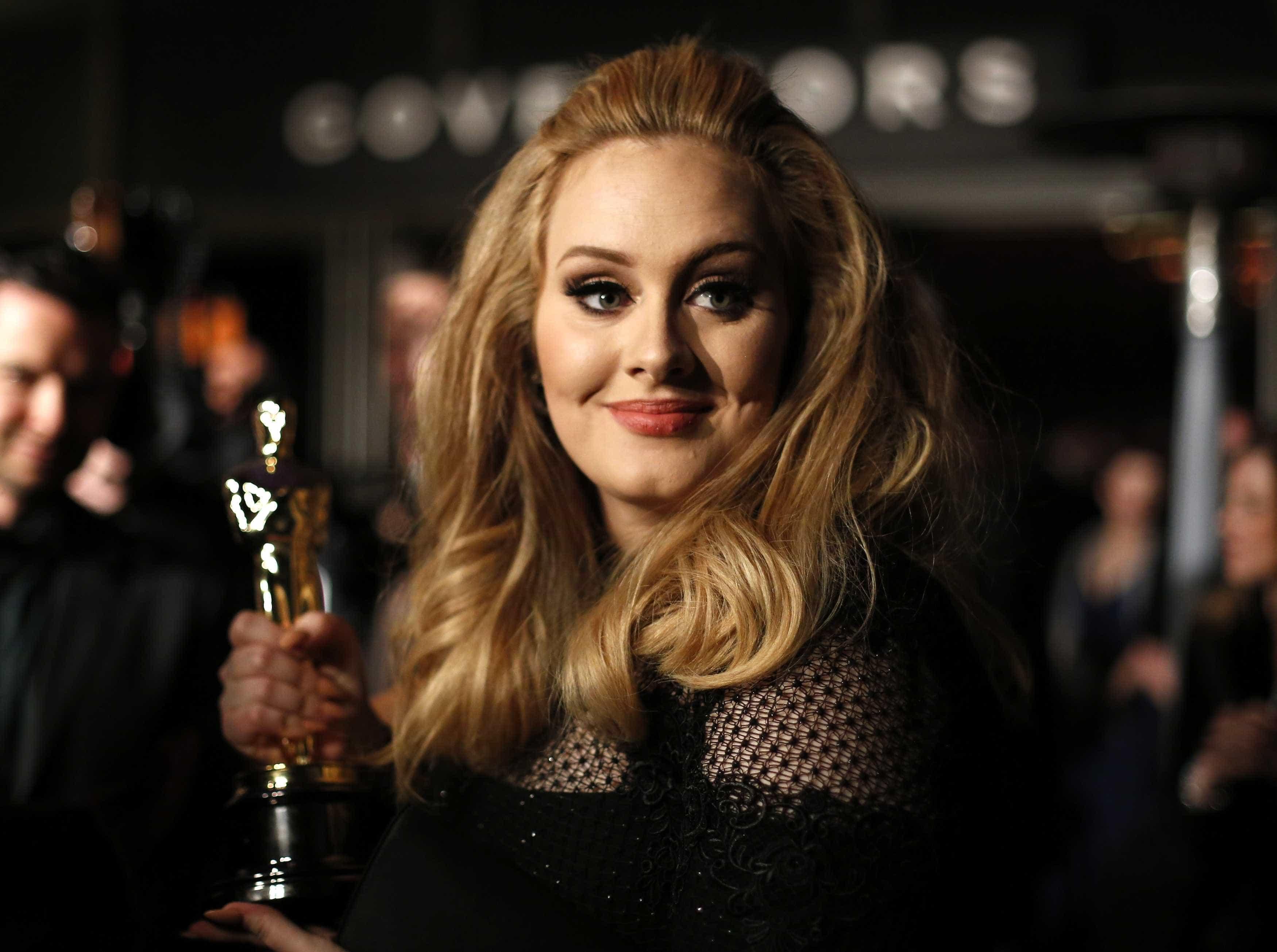 Adele e Jennifer Lawrence divertem-se juntas em bar gay