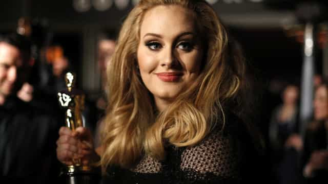 Adele e Jennifer Lawrence divertem-se juntas em bar gay
