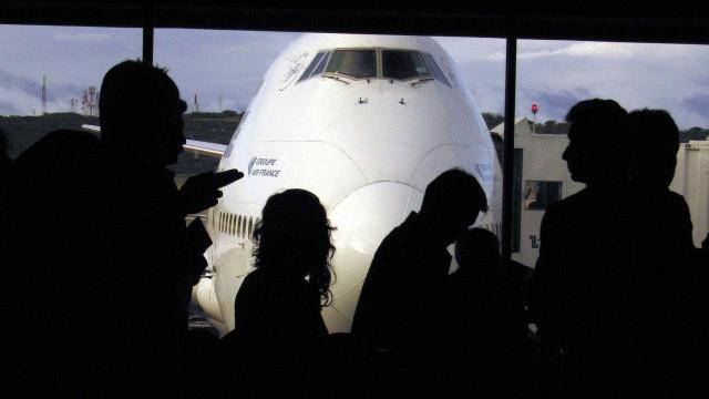 Tem 12 anos e fugiu de avião, sozinho, sem bilhete e sem documentos