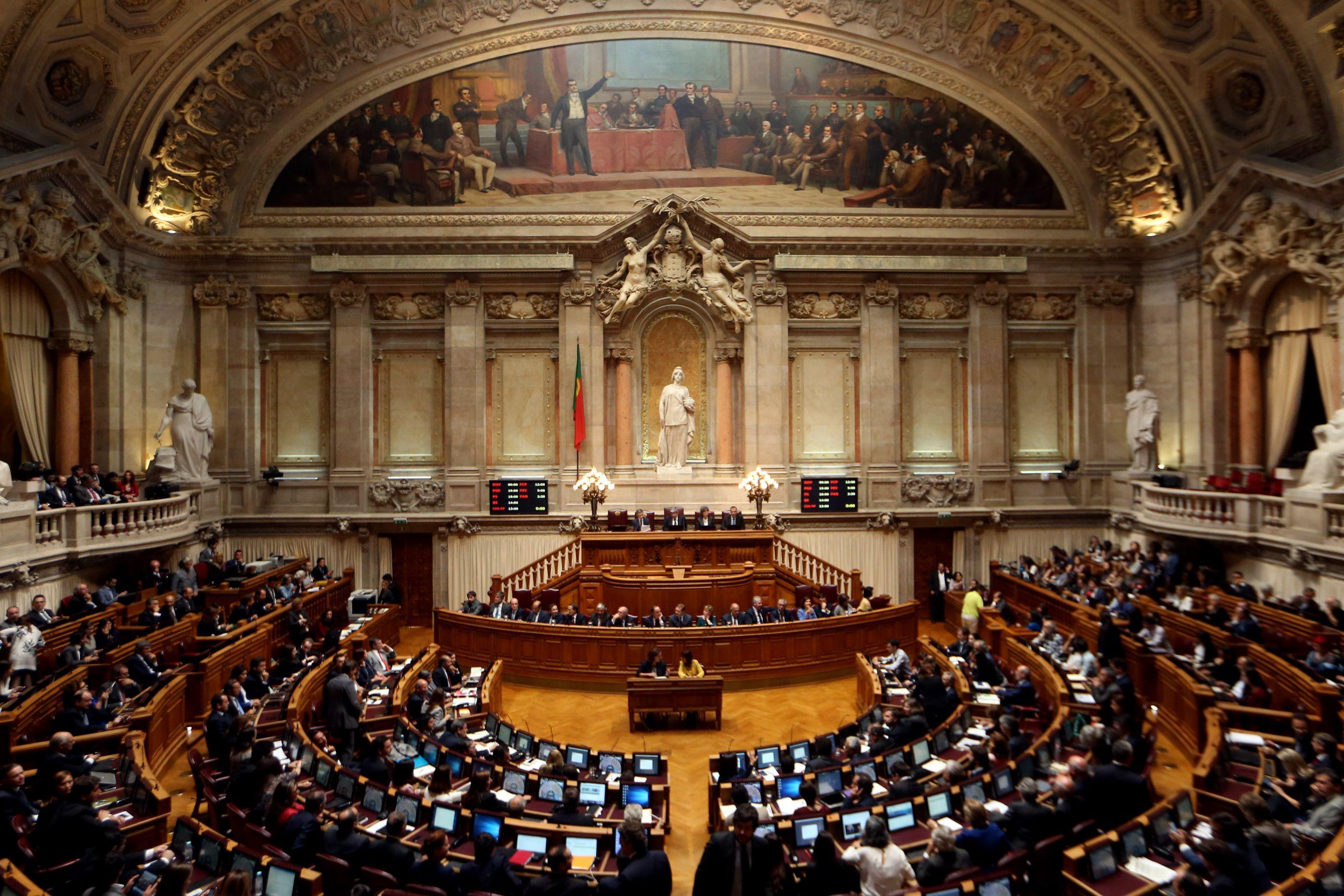 PCP rejeita ditames europeus, PSD acusa comunistas de fingirem oposição